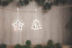 Las decoraciones de la Navidad en un yute roscan en un fondo de madera con un lugar para su texto Foto de archivo libre de regalías