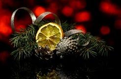 Las decoraciones de la Navidad en una reflexión de espejo negra emergen Fotografía de archivo