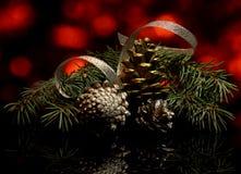 Las decoraciones de la Navidad en una reflexión de espejo negra emergen Imágenes de archivo libres de regalías