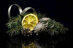 Las decoraciones de la Navidad en una reflexión de espejo negra emergen Imagen de archivo libre de regalías