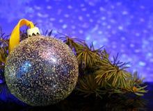 Las decoraciones de la Navidad en una reflexión de espejo negra emergen Fotos de archivo libres de regalías