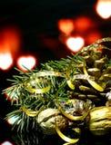 Las decoraciones de la Navidad en una reflexión de espejo negra emergen Imagenes de archivo