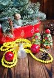 Las decoraciones de la Navidad encendido woooden el fondo Fotografía de archivo