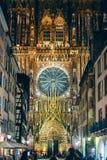 Las decoraciones de la Navidad están listas en Estrasburgo con Notre-Dame Ca Imagen de archivo libre de regalías