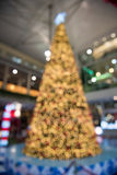 Las decoraciones de la Navidad o la luz del árbol de navidad se preparan para el celebr Imagenes de archivo
