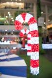 Las decoraciones de la Navidad o la luz del árbol de navidad se preparan para el celebr Imagen de archivo