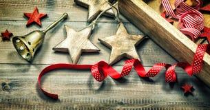 Las decoraciones de la Navidad, ornamentos, envolviendo cintas y de oro sean Foto de archivo libre de regalías