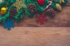 Las decoraciones de la Navidad se colocan en un piso de madera imagenes de archivo