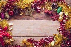 Las decoraciones de la Navidad se colocan en un piso de madera imágenes de archivo libres de regalías