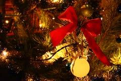 Las decoraciones de la Navidad se destacan con un primer de la guirnalda Fotos de archivo libres de regalías