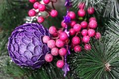 Las decoraciones de la Navidad y los árboles artificiales se cierran para arriba Fotografía de archivo