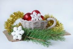 Las decoraciones de la Navidad y la puntilla dos del pino están mintiendo en un escritorio Fotografía de archivo