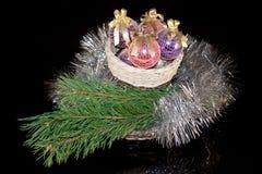 Las decoraciones de la Navidad y las puntillas del pino están mintiendo en cestas de mimbre Foto de archivo
