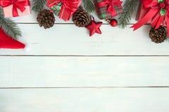 Las decoraciones de las cajas de regalo de la Navidad enmarcan endecha plana con el espacio de la copia imagen de archivo libre de regalías