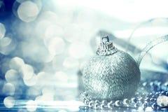 las decoraciones de plata de la bola de la Navidad con el bokeh de plata abstracto Fotografía de archivo libre de regalías