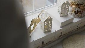 las decoraciones decorativas del Nuevo-año fueron adornadas en el travesaño de la ventana de una ventana grande El árbol de navid almacen de video