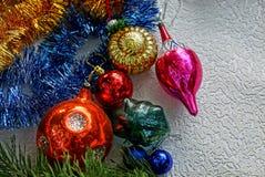 Las decoraciones del árbol de navidad y un pino ramifican en un fondo blanco Imágenes de archivo libres de regalías