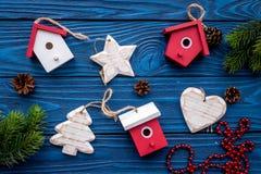Las decoraciones del Año Nuevo con los juguetes y el branche del árbol de navidad en fondo de madera azul rematan el veiw Fotografía de archivo libre de regalías