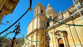 Las decoraciones del festival en Siggiewi, Malta almacen de metraje de vídeo