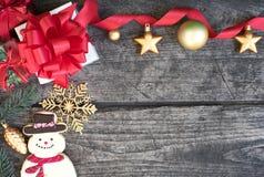 Las decoraciones del fondo de la Navidad con las cajas y el muñeco de nieve de regalo arrullan Fotos de archivo