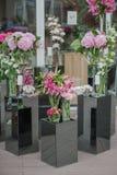 Las decoraciones en la boda presentan las flores imágenes de archivo libres de regalías