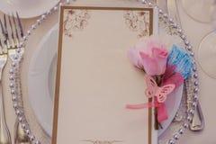 Las decoraciones en la boda presentan paisaje de las flores imagen de archivo