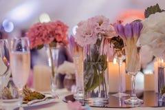 Las decoraciones en la boda presentan paisaje de las flores imagen de archivo libre de regalías