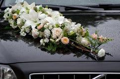 Las decoraciones florales en la boda negra trabajan a máquina el capo foto de archivo