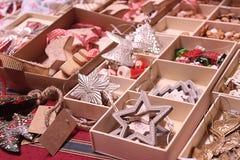Las decoraciones hechas a mano de la Navidad expuestas en mercado del advenimiento atascan Fotografía de archivo