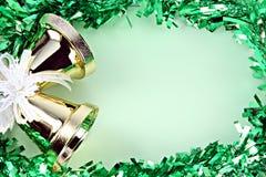 Las decoraciones ponen verde la cinta por la Navidad y el Año Nuevo. Fotos de archivo libres de regalías