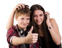 Las demostraciones de los adolescentes manosean con los dedos para arriba Imágenes de archivo libres de regalías