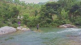Las demostraciones Fisher Dropping Netting del abejón en el río dibujan detrás almacen de video
