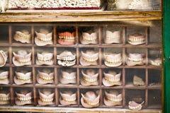 Las dentaduras almacenan, las dentaduras para la venta, nuevo y utilizado en Nepal imagen de archivo