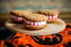Las dentaduras de Drácula para Halloween hicieron de galletas y de la melcocha Imágenes de archivo libres de regalías