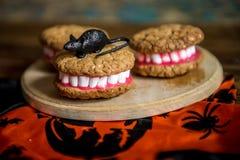 Las dentaduras de Drácula para Halloween hicieron de galletas y de la melcocha Foto de archivo
