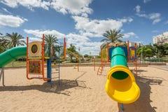 Las diapositivas y los patios de los niños Parque del patio Fotos de archivo libres de regalías