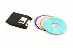 1 las diskettes de 44 pulgadas y los discos del CD/del DVD mienten en un backgro blanco Fotografía de archivo libre de regalías