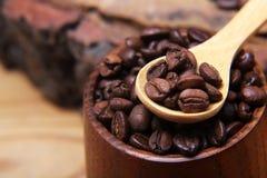 Las diversas clases del primer de granos de café dispersaron en un fondo de madera, café molido, espacio vacío de la cuchara de m Imagen de archivo libre de regalías