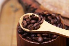 Las diversas clases del primer de granos de café dispersaron en un fondo de madera, café molido, espacio vacío de la cuchara de m Imagenes de archivo