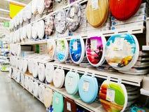 Las diversas cubiertas de retrete se venden en un supermercado grande Leroy Merlin de los materiales de construcción imagenes de archivo