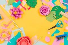 Las diversas fuentes inmóviles, papel coloreado, papercraft florecen en fondo amarillo Imagen de archivo libre de regalías