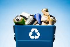 las diversas latas del metal en cubo de la basura con reciclan la muestra Fotos de archivo libres de regalías