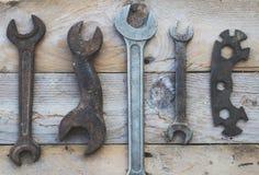 Las diversas llaves inglesas del tamaño, llaves en fondo de madera, colorised Fotos de archivo libres de regalías