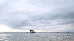 Las diversas naves de la caravana hacen cola el puerto inminente costero de Shangai Yellow Sea, China almacen de metraje de vídeo