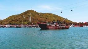 Las diversas naves de la caravana hacen cola el puerto inminente costero de Shangai Yellow Sea, China almacen de video