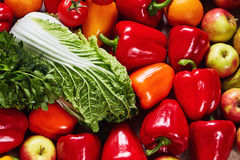 Las diversas verduras y fruta hermosas se dispersan en una lona Fotos de archivo