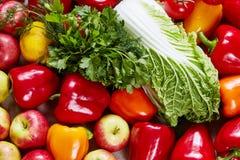 Las diversas verduras y fruta sabrosas se dispersan en una lona Fotos de archivo libres de regalías