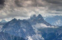 Las dolomías de Sexten en nubes oscuras con Drei Zinnen Tre Cime enarbolan Fotografía de archivo