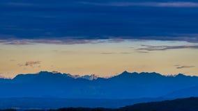 Las dolomías por la mañana con las nubes arriba, los rayos del sol iluminan los picos de montaña más lejanos Fotos de archivo