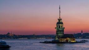 Las doncellas se elevan después de día hermoso de la puesta del sol al timelapse de la noche en Estambul, pavo, torre del kulesi  almacen de metraje de vídeo